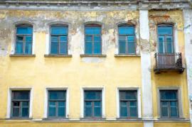Starý a nerekonstruovaný bytový dům v historické městské zástavbě