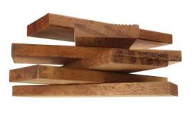 Tmavé a tvrdé dřevo terasovek s drážkami na povrchu