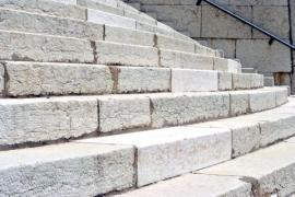 Staré kamenné schodiště renovované tryskáním