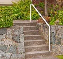 Betonové schodiště z prostého betonu a jednoduché, povrchově upravené zábradlí
