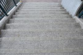 Renovované betonové schodiště, na povrch schodnic byl použit beton s kamenivem, na hrany speciální protiskluzné obklady