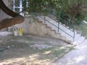 Renovované schodiště (obklad z betonových dlaždic) a zábradlí