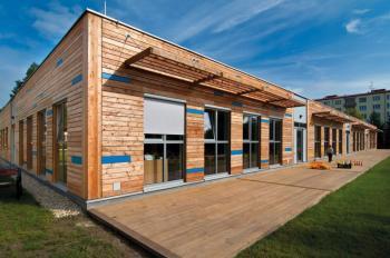 Mateřská škola Skalníkova vMariánských lázních je postavena formou sendvičové dřevěné konstrukce využívající OSB desky KRONOSPAN.