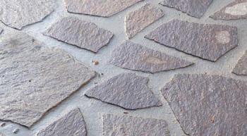 Kamenná dlažba zaspárovaná materiálem Knauf GB 210.