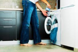 Volně stojící pračka s předním plněním v kuchyni