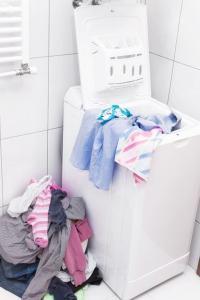 Pračka s horním plněním v koupelně