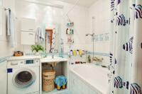 Volně stojící pračka s předním plněním v koupelně