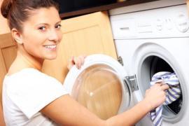 Pračka zabudovaná v kuchyňské lince, ukrývá se pod dvířky