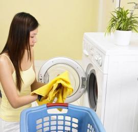 Pračka v technické místnosti domu