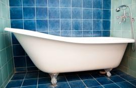 Volně stojící vana v malé koupelně