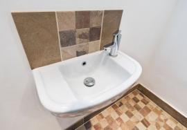 Velké dlaždice opticky zvětšují prostor v malé koupelně, jejich kombinace s menším formátem je pak obzvláště efektní