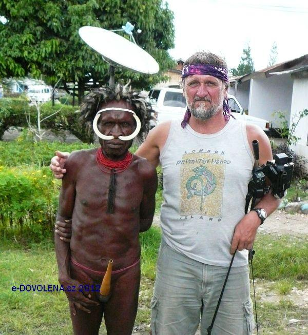 JIří Hruška (vlevo) s obyvatelem Papua Nové Guynei