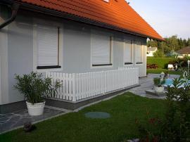Plot u vchodu do domu v rakousku
