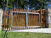 Plastové plotovky součástí vjezdové brány v Černé