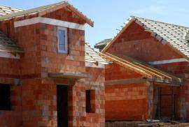 Hrubá stavba domu před položením střešní krytiny