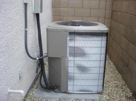 Venkovní jednotka tepelného čerpadla, které čerpá tepelnou energii ze vzduchu