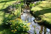 Malý vodní tok na pozemku (i umělý) nevadí, mohutná řeka by už byla problémem
