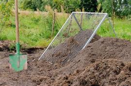 Prohazování kompostu hrubou sítí