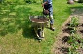 Přihazování kompostu na záhony