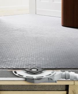 Sprchy vúrovni podlahy jsou trendem i u renovací. Nové koupelnové odtoky Advantix firmy Viega se vyznačují extrémně nízkou montážní výškou.