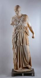 Socha Athény se zkříženým pásem