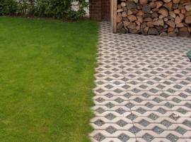Betonová zatravňovací dlažba - pro změnu vysypaná štěrkem