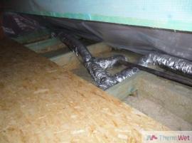 Flexi potrubí ve zbytkové šikmině půdního prostoru, v budoucnu je pak možné potrubí revidovat