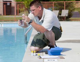 Testování bazénové vody