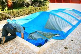 Čištění stěny bazénu