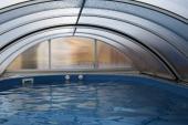 Zakrytí bazénu udrží déle teplou vodu a funguje jako prevence před hrubými nečistotami