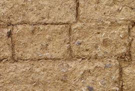 Zdění z tvarovek vyrobených ručně z hlíny, slámy a kamení