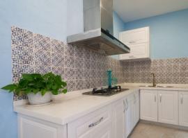 V kuchyních zajišťuje odvádění odpadního vzduchu digestoř, umístěna nad varnou deskou sporáku