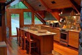 Dřevěný interiér a nábytek chaty, přitom komfort můžete mít jako v rodinném domě
