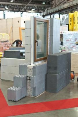 Postavili jsme ukázkovou zeď z vápenopískových bloků, ze systému ztraceného bednění MEDMAX, dřevěných panelů NOVATOP a ze Steico nosníků.