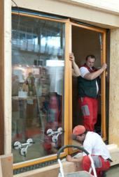 Osadili a utěsnili jsme velkoplošná dřevěná okna.