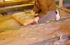 Položení minerální izolace na podlahu půdy