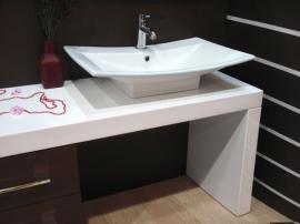 Skříňka pod umyvadlem - základ koupelnového nábytku, volný prostor lze využít pro prádelní koš