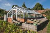 Podezděný skleník, určený k pěstování rostlin v nádobách