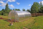 Lehký skleník s polykarbonátovou výplní není třeba kotvit na základy