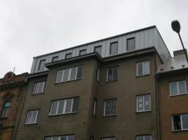 Nové podlaží Střediska sociální prevence tvoří tenkostěnná konstrukce LindabConstruline,  opláštěná odvětrávanou fasádou zbezúdržbové falcované krytiny Lindab Seamline.