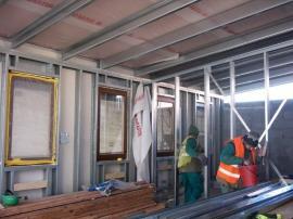 Tenkostěnnou střešní konstrukci nástavby tvoří jednoduchá sedlová střecha se sklonem 5°, která byla vztyčována po částech souběžně s odstraňováním původní střechy.