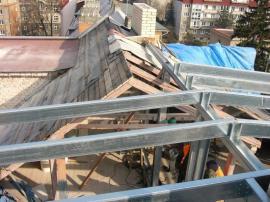 Vnitřní stěny nástavby tvoří desky Fermacell. Na opláštění stěn i na  střechu byla použita švédská falcovaná krytina Lindab Seamline.