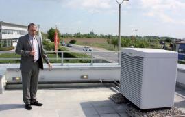 Technický ředitel Ing. Libor Hrabačka seznámil přítomné se všemi instalovanými zařízeními, zde venkovní jednotka TČ geoTHERM VWL 61/3 S.