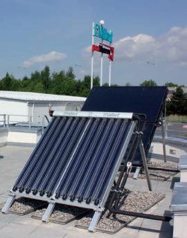 Na střeše střediska jsou umístěny vakuový trubicový panel auroTHERM exclusiv VTK 550 a plochý kolektor.