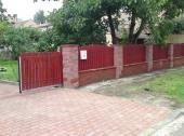 Betonové oplocení s dřevěnou plotovou výplní