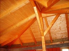 Konstrukce krovu přiznaná z interiérové strany podkroví, efekt umocnily použité palubky