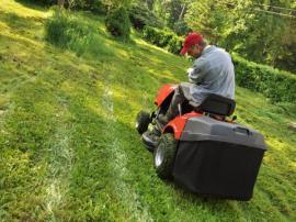Údržba trávníku - sekání trávníku zahradní benzínovou mechanizací