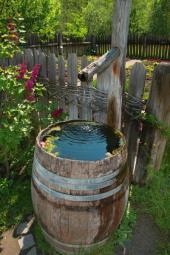 Stylový zásobník na deš´tovou vodu ze starého sudu, voda je dřevem i přiváděna