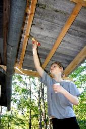 Dřevěné a kovové prvky v exteriéru vyžadují pravidelnou údržbu (vždyť i v interiéru)