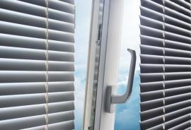 Horizontální žaluzie, ventilační poloha okna